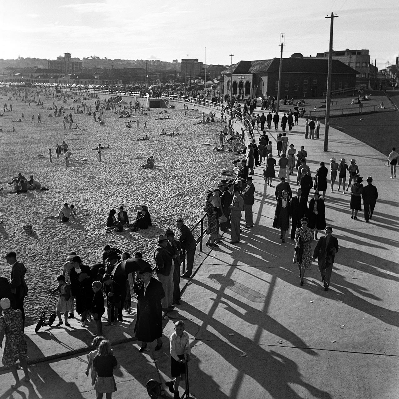 Bondi Beach promenade and North Bondi Surf Club, 12 November 1939. (Digital ID: a2391039)
