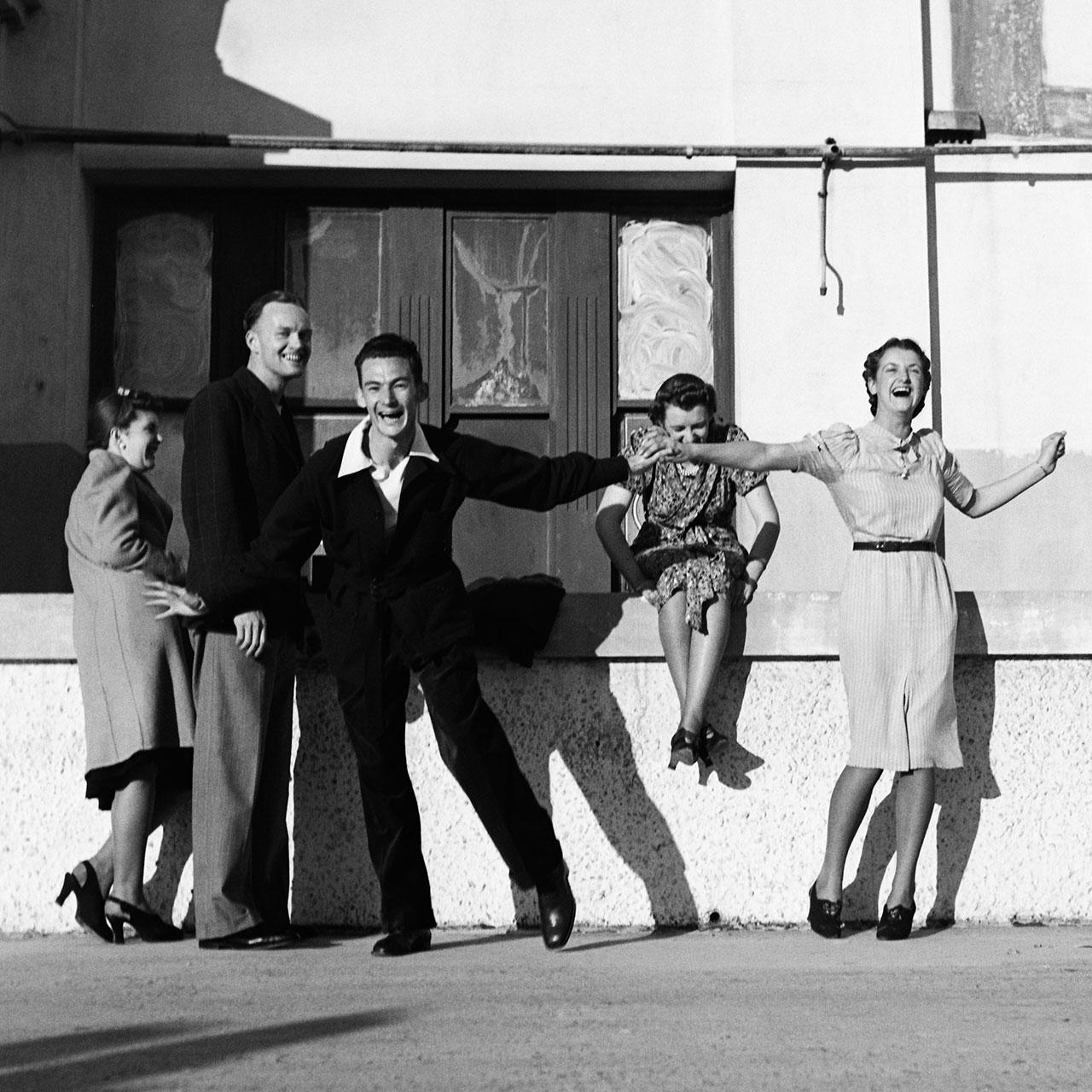 George dancing outside dance hall, North Bondi, 25 August 1940. (Digital ID: a2391050)