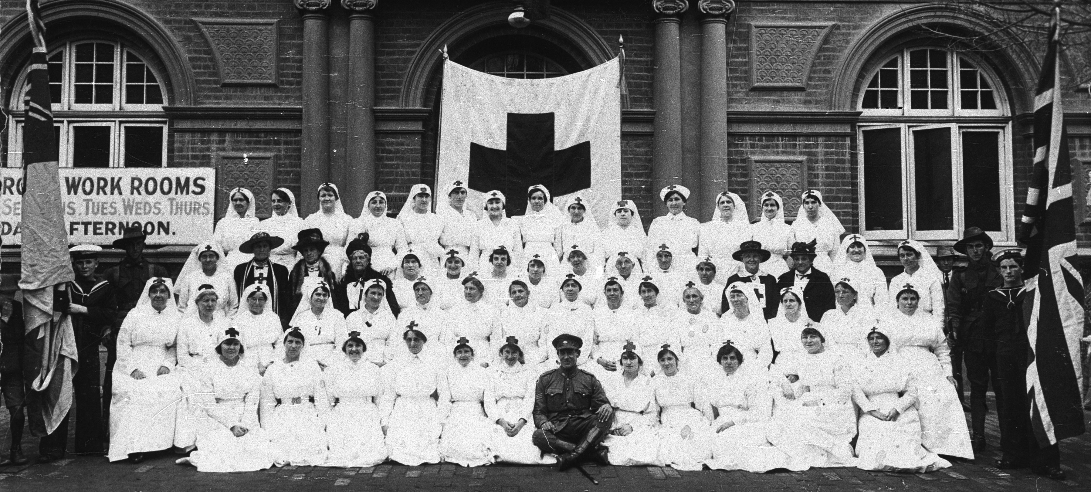 Red Cross nurses and troops outside Albury Town Hall, NSW, 1914–15