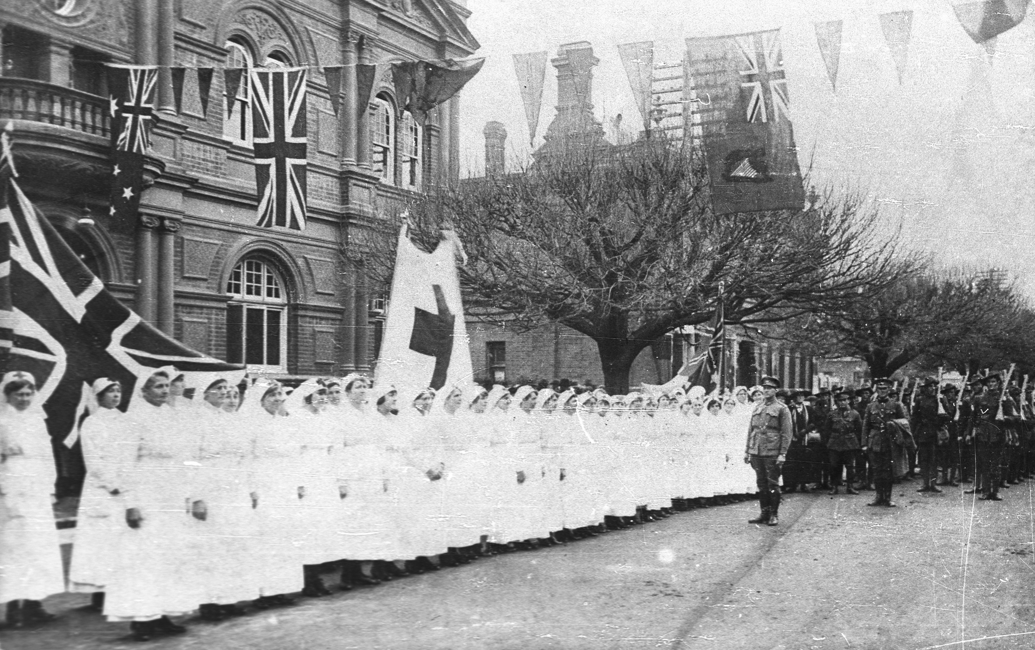 Red Cross nurses and troops outside Albury Town Hall