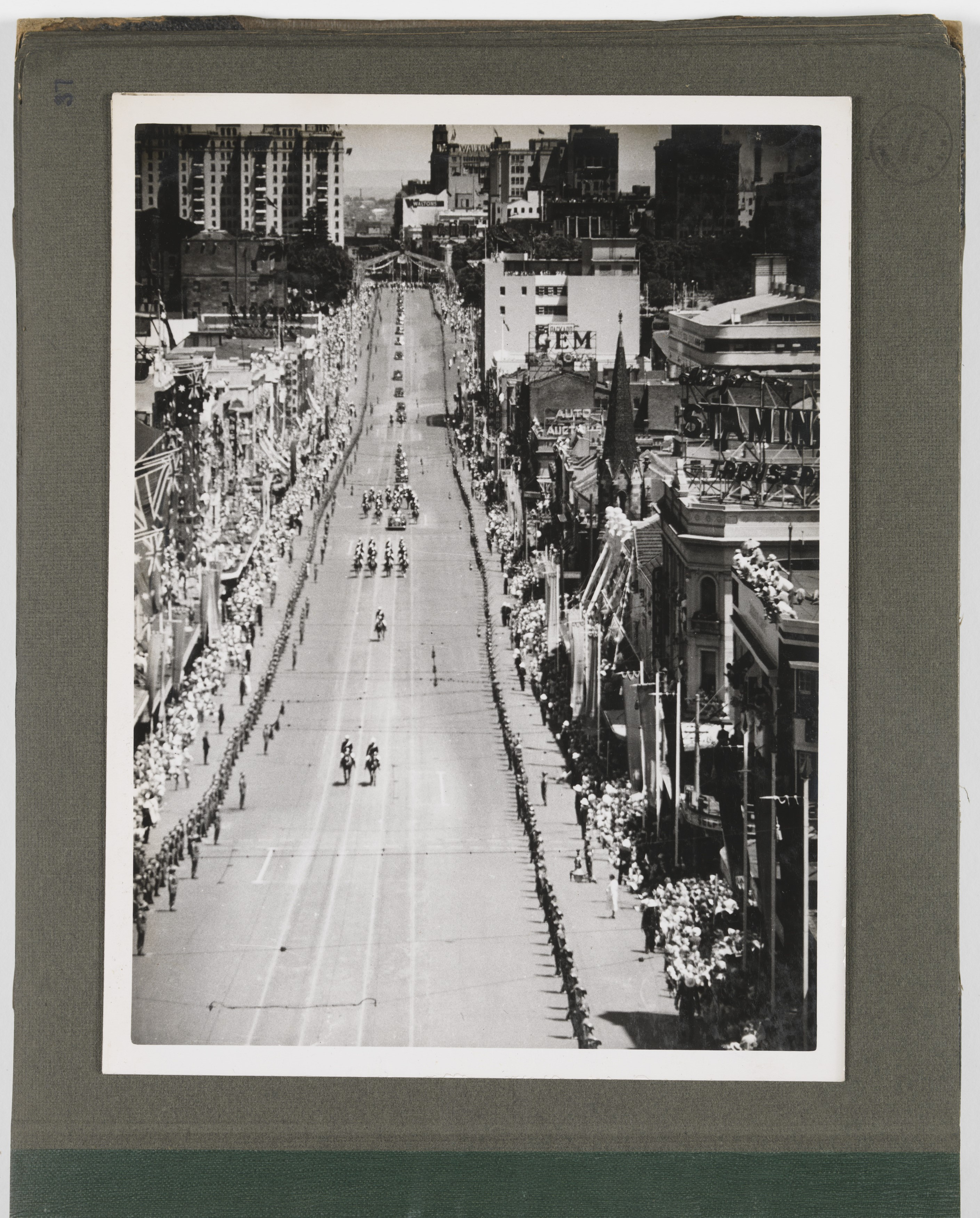 Photo of Queen Elizabeth II travelling down Wiliam St, Sydney