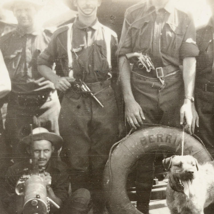 Machine gunners and soldiers of the first Australian Expeditionary force